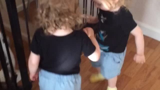 It doesn't take long for these twins to realize that they can both have some fun while sharing a pair of their mom's slippers. Smart thinking! Twins discover priceless way to share slippers.