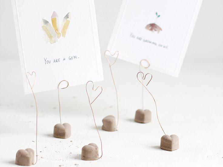 DIY-Anleitung: Zement-Herzen selber gießen, Fotos aufbewahren / diy inspiration for cute concrete hearts, how to arrange photos via DaWanda.com