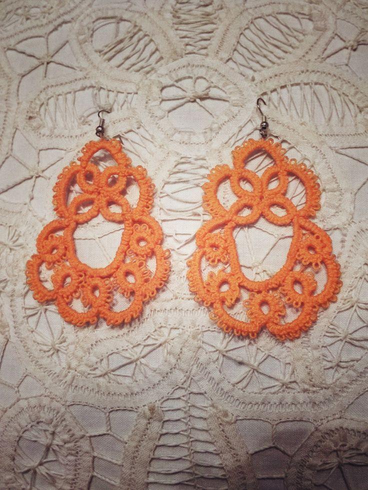 orecchini color corallo realizzati con il chiacchierino ad ago. disponibile in altri colori.