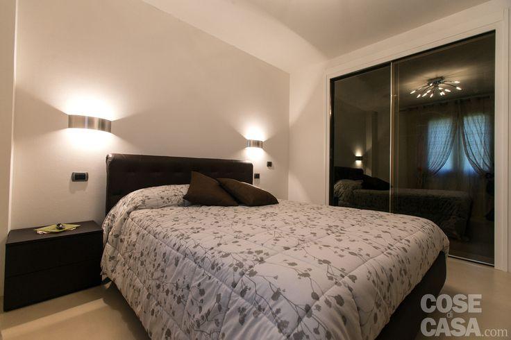 La camera matrimoniale è arredata con letto e due comodini nelle stesse tonalità del mobile-tv in soggiorno e dei componibili della cucina. #cosedicasa #casa #arredamento #design #arredocasa #home #house #openspace #cameradaletto #bedroom