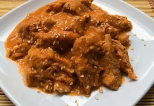 Deliciosa combinación de sabores: Cerdo al cacahuate tostado: Carne de puerco cubierta de una rica salsa de cacahuate y ajonjolí.