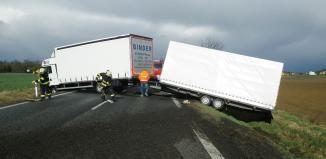 Smrtelná nehoda v Chotěšově. Kamion srazil chodce