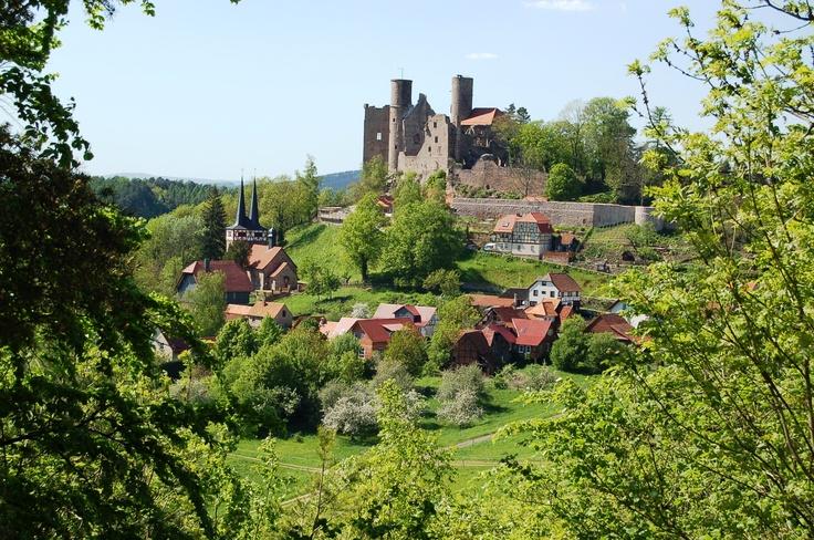 Das mittelalterliche Wirtshaus befindet sich unterhalb der sagenhaften Burg Hanstein im Eichsfeld. Geschichtliche Hintergründe, Reisetipps und Infos rund um die Burg und den Klausenhof, jetzt in der aktuellen LandZauber Ausgabe. Nur 2,80€ im Handel!