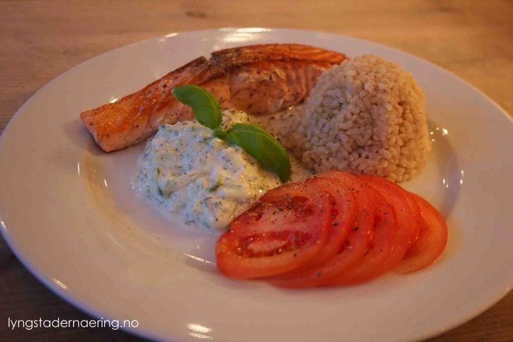 Pannestekt laks med tzatziki og ris