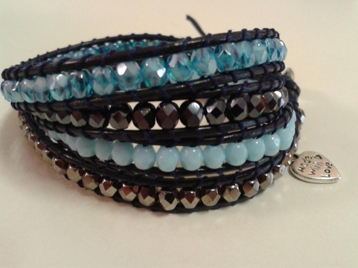 Quattro giri in due tonalità di azzurro e grigio, cuoio color blu, cuoricino color argento.