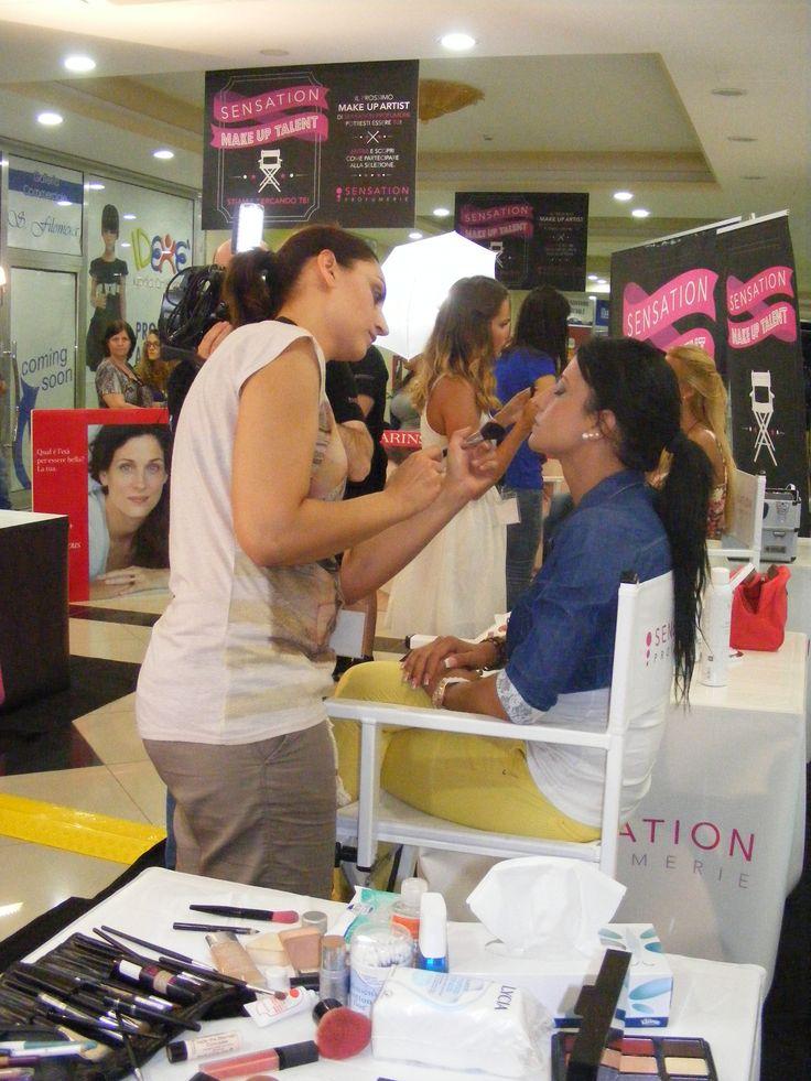 La candidata Calabrese Vincenza intenta a definire il maquillage alla sua modella