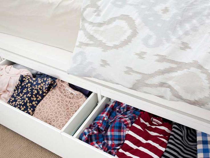 El hueco que queda justo entre la cama y el suelo se puede aprovechar para almacenar objetos. Si tienes una casa pequeña cualquier rincón es bueno para la org