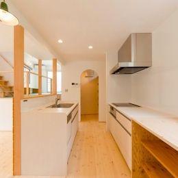 『志和堀の家』スキップフロアのある家の部屋 対面式キッチン-奥はパントリー