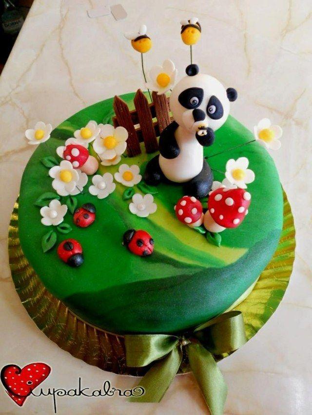 beau gâteau avec un panda et des fleurs