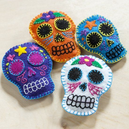 Maker your own Felt Sugar Skull Sachets with our free template and tutorial! thanks ever so xox  ☆ ★   https://www.pinterest.com/peacefuldoves/