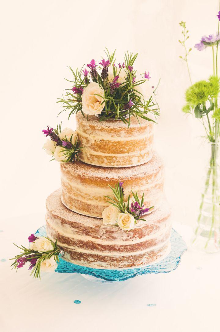 ネイキッドケーキの一番の特徴は、なんといってもデコレーションするものの自由さ。こちらのようにグリーンや生花をたっぷり盛り付ければ、グッと華やかで上品な逸品に。