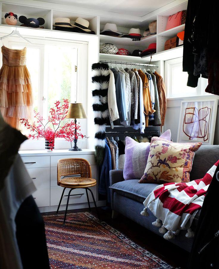Что делать с вещами, которым не нашлось места в гардеробе? А что, если гардероба вообще никогда не было, количество одежды только увеличивается — не по стульям же её развешивать... В нашей подборке вы найдёте множество идей как раз на этот случай