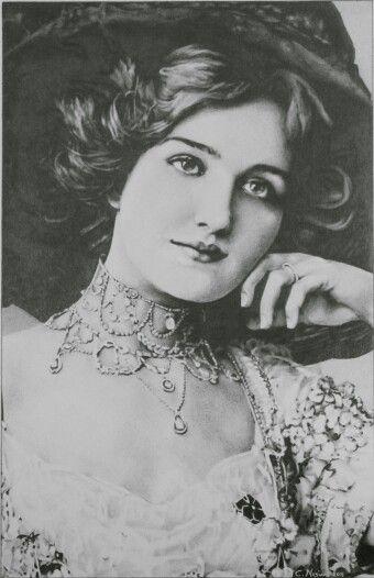 Portrait, chiaroscuro, pencils on paper. www.facebook.com/limaelabor  #draw #drawing #pencils #art #chiaroscuro #portrait #vintage