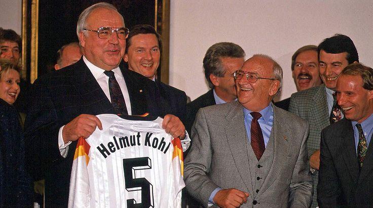 Ein Trikot für den Kanzler: Kohl 1997 mit DFB-Präsident Braun und Bundestrainer Vogts (v.l.) © imago