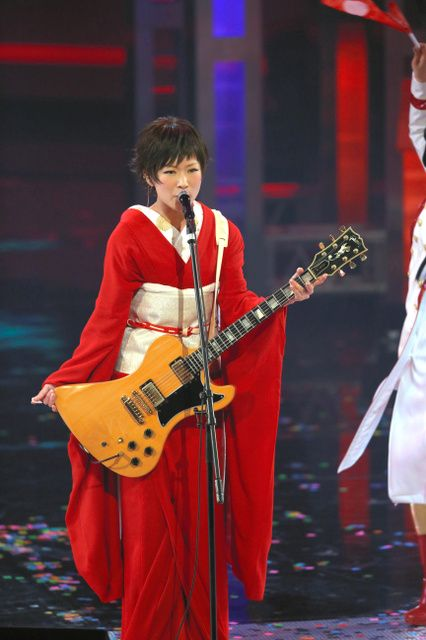 A popular rock singer, Ringo Shiina did her performance in a scarlet kimono at Kohaku song festival on the New Years Eve 2014.