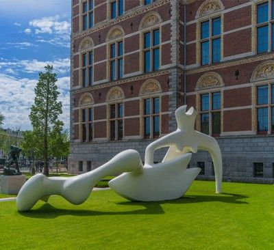 Wystawa prac rzeźbiarskich Henry'ego Moora'a została otwarta w nowym ogrodzie Rijksmuseum w Amsterdamie. http://www.sztuka-krajobrazu.pl/541/slajdy/architektura-krajobrazu-ndash-ogrod-rijksmuseum