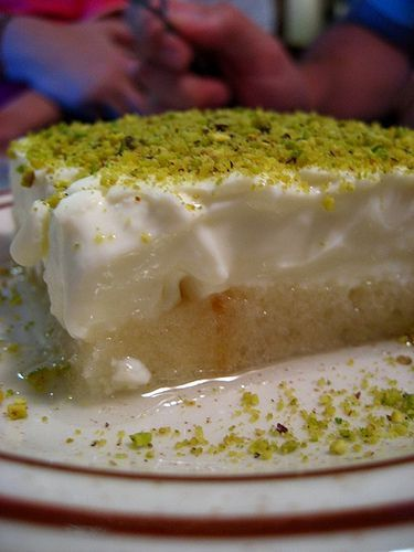"""""""Esh El Saraya"""" är en Libanesisk dessert. Botten består av formfranska som man rostar och ringlar sirap över. Sen häller man mjölkpudding på och avslutar med lite grädde och pistagenötter. Lätt att laga och jätte god krämig brödpudding."""