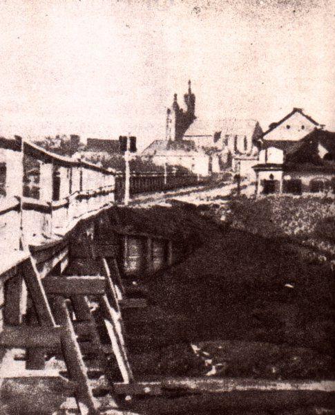 Skrzyżowanie ulic Dietla i Starowiślnej z drewnianym mostem pochodzacym z 1828 roku  przerzuconym nad Stara Wisłą. Fot. W. Rzewuski - XIX wiek.