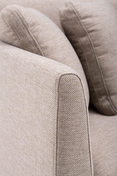 Hoekbank Hugo is een sierlijk uitgevoerde 2,5-zits + chaiselongue. De moderne vormgeving in combinatie met fijn geweven zandkleur stof zorgt…