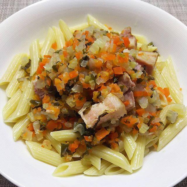 2017年のパスタ一皿め 煮込み野菜ソースのペンネ ・ラタトゥユをつくる感じで、ほぼ刻み野菜の水分だけ ・刻み野菜~セロリ、人参、玉葱、ピーマンをたっぷり ・ブロックベーコンと刻んだたっぷり野菜をバターで炒め、白ワイン1カップ、固形コンソメとローリエを加え、コトコト ・時々水をさし、塩で味を整えて完成  スープぬきのミネストローネともいえます …野菜の旨みで優しい味😋  余り野菜の処理にも向いてますね(笑) #リピレシピ に😄 #penne #instapasta #mycooking #instacook #myrecipe #vegetables #野菜たっぷり