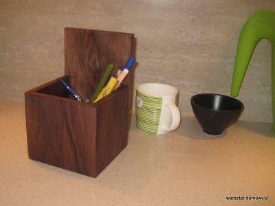 Proste, fornirowane pudełko na długopisy