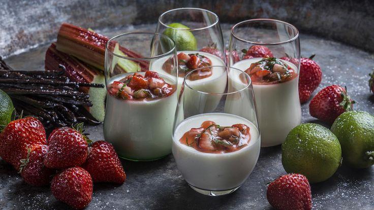 Dette er en lett og kremet sommerdessert med litt syrlige og søte smaker. Den er dessuten perfekt når jordbærene og rabarbraen er på sitt beste på for- eller midtsommeren.     Tips: Du må selvfølgelig ikke bruke laurbær, den er kanon uten også. Har du ikke tilgang til ferske, lar du det heller være.     Vil du lage tjukkmelspudding er denne oppskriften et godt utgangspunkt å bruke. Bytt ut yoghurt med tjukkmelk og du er «all set»!