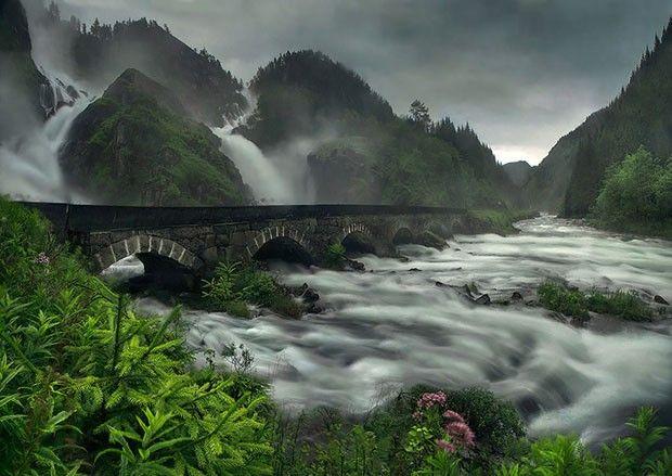 O belo caminho passa na base da cachoeira de Låtefossen, na cidade de Odda, Noruega