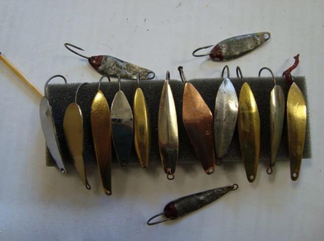 ✔Мастер-класс по самостоятельному изготовлению блесен✔  Чтоб хорошо ловилась рыба, существуют различные способы приманки – сегодня мы поговорим о блесне. Блесна это металлическая искусственная приманка для ловли хищной рыбы. На рынке товаров для рыбалки существует огромный выбор блесен. Но гораздо интереснее изготовить ее самостоятельно. Как делается блесна своими руками ми сейчас и опишем. Это совсем несложный процесс, можно сказать даже увлекательный и творческий.  Существуют в основном 3…