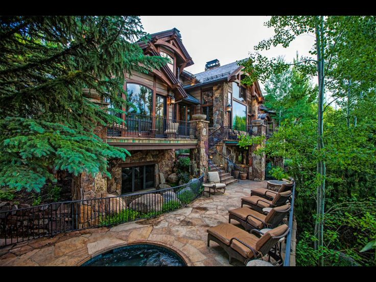 Awww... Too bad there is no link to the floor plans for this house. It is absolutely beautiful!