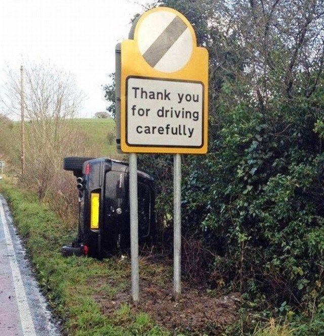 O imprudente capotou o carro pertinho de uma placa que pedia cuidado ao dirigir!