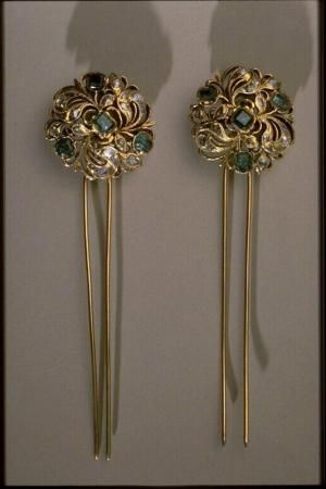 Hairpins, (Epingle à cheveux), Frnace, 18thC, gold, emerald, diamond. Les Arts Decoratifs