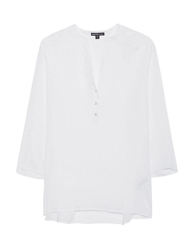 Fließende Viskose-Bluse Weiße Bluse aus softer Viskose im cleanen Design mit V-Ausschnitt und kurzer Knopfreihe sowie einem leicht asymmetrischen Saum mit eingeschlitzten Seiten.  So casual und so vielseitig - ein absolutes Must-Have!