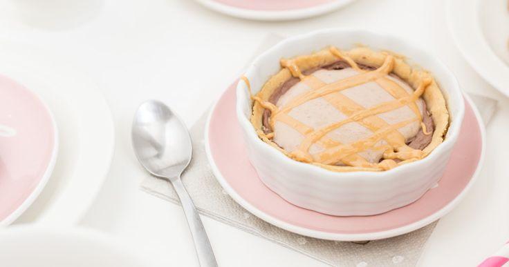 Underbar kombination av len chokladfyllning i en frasig botten med nötsmak, toppad med en mild jordnötscremé och lite jordnötssmör ringlat på det.