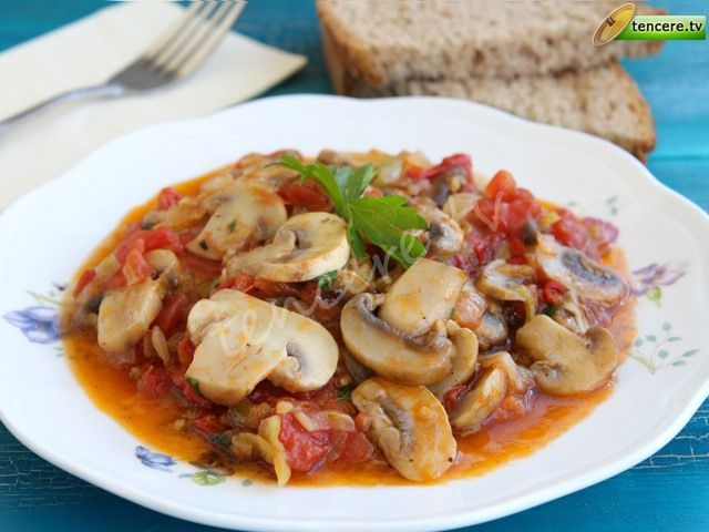Etlerin yanına veya çay saatleri için hazırlayabilirsiniz. Sebzeli Mantar Sote...