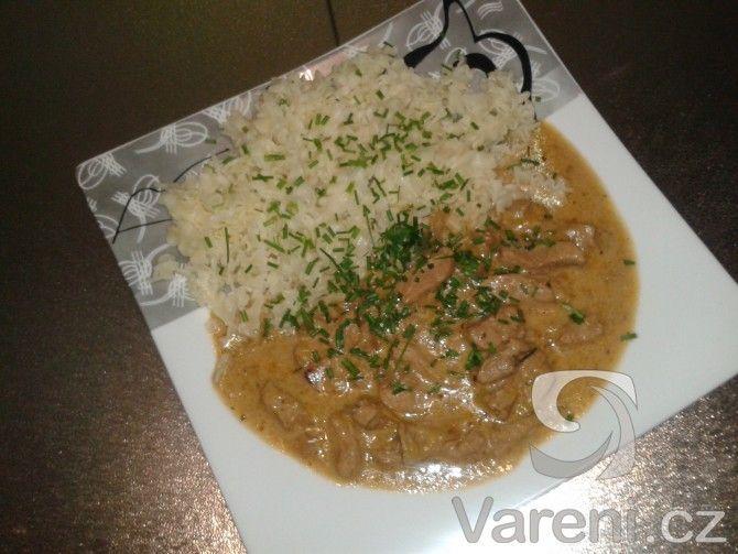 Vynikající dušené vepřové maso s pórkem, jednoduchý a chutný oběd.