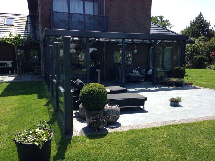 Hoveniersbedrijf H.G. Peters ~ Moderne veranda waarbij zowel overdekt als in de open lucht gebruik kan worden gemaakt.