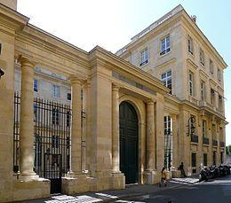 Hôtel de Saint-Florentin ou hôtel de Talleyrand-Périgord (1769) angle du 2, rue Saint-Florentin et rue de Rivoli. Paris 75001. Architecte : Jean-François-Thérèse Chalgrin. Siège du consulat des Etats-Unis. Façade sur la rue Saint-Florentin.