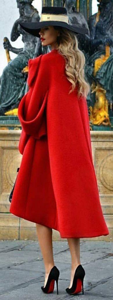 Marisa: C'est une belle esemble pour une belle femme! Ce fille suit chaud dans le hiver de Paris, parce qu'elle porte le manteau rouge de long. De puis, elle suit chic parce qu'elle porte les chaussures à haute talons noir et rouge et un chapeau noir.