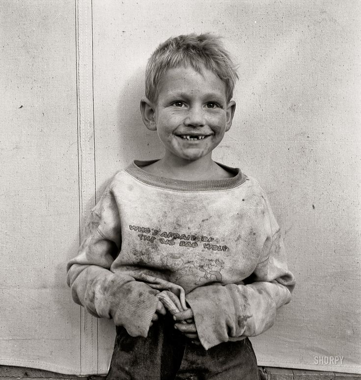 """dorothea lange photo essay Dorothea lange is remembered almost exclusively for """"migrant mother"""" (1936), her photograph of an american agricultural labourer resting her chin on her hand while her young children rest their heads on her shoulders  this photograph appeared in her photo-essay for fortune magazine about the lives of shipyard workers and their newfound."""
