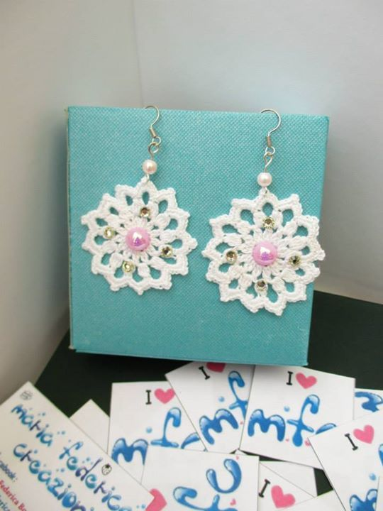 https://www.facebook.com/572877439453577/photos/a.756024187805567.1073741838.572877439453577/756025111138808/?type=3&permPage=1  -Orecchini bianchi con strass argento, mezze perle rosa e perline rosa chiaro - uncinetto - crochet