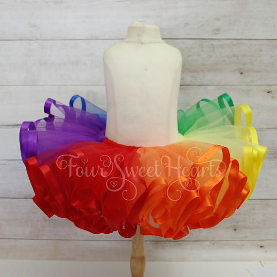 Traje de cumpleaños arco iris sobre el traje de arco iris