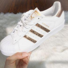 Adidas Original Superstar de las mujeres  Producto #: 789002 Estilo seleccionado: Blanco/rosa de oro | Medio de ancho - B- AJUSTE: Artículo corre 1/2 a un tamaño grande pedir un tamaño más pequeño de lo normal. Por favor consulte la tabla de tamaño en las fotos y compruebe el tamaño en la UE y tamaño cm a comparar con otros zapatos.  Auténtico zapatillas originales de Adidas había adornada con los cristales de SWAROVSKI exclusiva® Xirius Rose Cut 2088 el más nuevo, el mejor y el corte más…