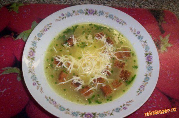 """""""Cibulačka s česnekem"""" - suprovka!!!SUROVINY4 cibule, 2-3 stroužky česneku, 10dkg tvrdého sýra, masox nebo bujón, Podravka, chléb, sádlo, sůl, pepř, zelené bylinky (pažitka, petželka, libeček - nemusí být všechno)POSTUP PŘÍPRAVYKdo nemusí česnek, tak můžete udělat klidně i bez česneku, ale s ním je to zase něco jiného.Pokud máte malou cibuli, tak ji nakrájíte na kolečka. Já měla větší, tak jsem ji pokrájela na slabší půlkolečka. Cibuli a prolisovaný česnek zpěníme na kousku sádla, z..."""