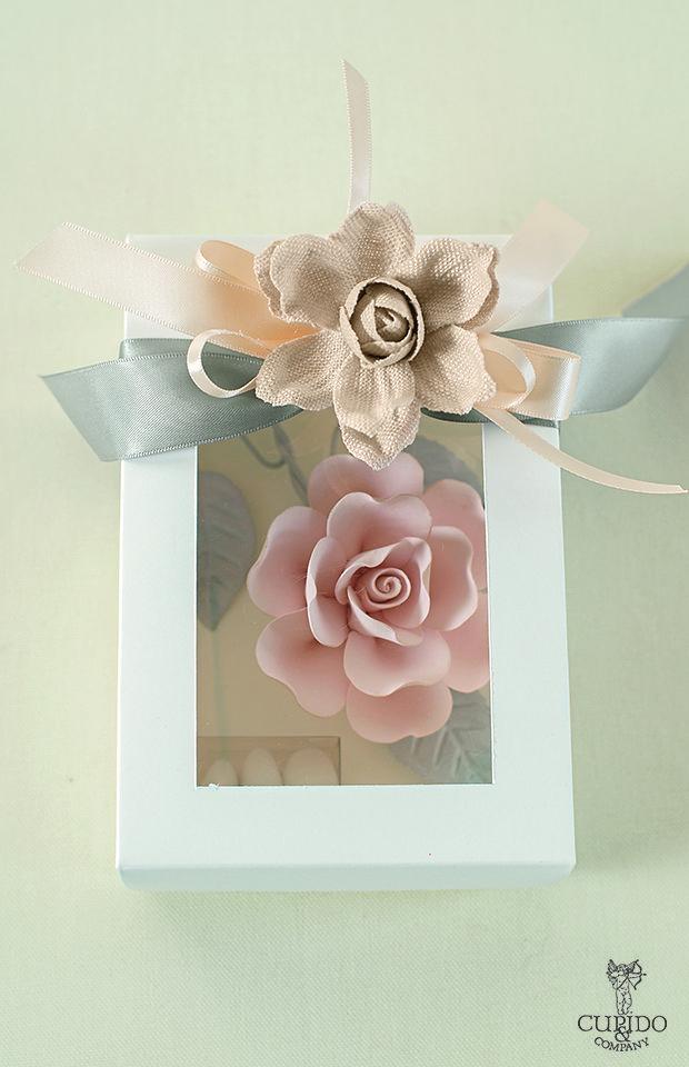 Nozze Shabby Chic | Bomboniera appendino in metallo rosa delicato - packaging con fiore in lino e nastro in raso