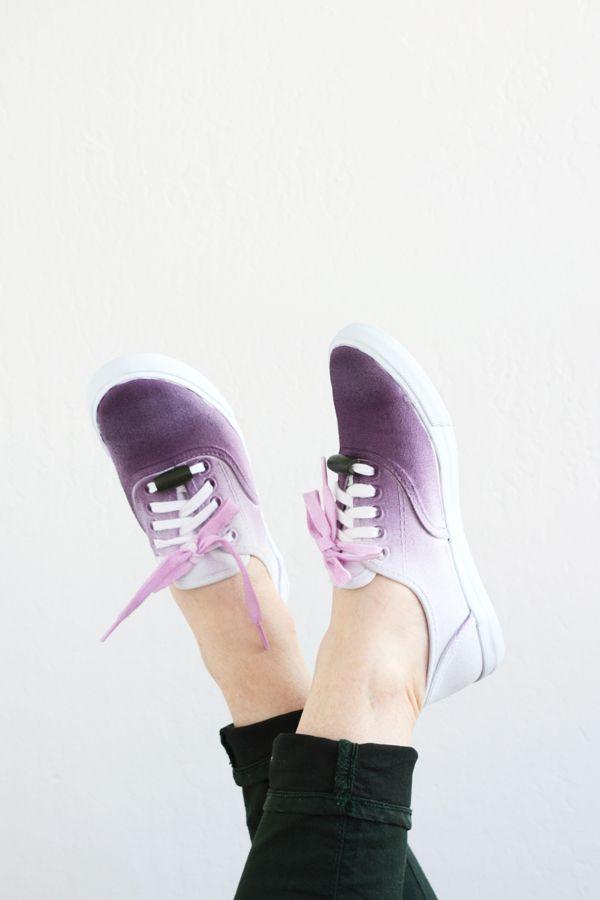 Schlichte weiße Schnürschuhe im lila Ombre-Look.
