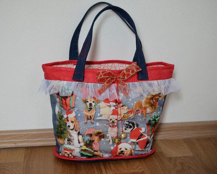 Christmas+bag+no.+4+Vánoce+jsou+skoro+tady+a+my+jsme+se+rozhodli+ušít+vánoční+koše+pro+vaše+děti.+Každý+košík+má+rolničky+a+červenou+mašličku.+Uvnitř+je+podešívka.+Rozměry:+Výška:+23+cm+Šířka:+35-25+cm