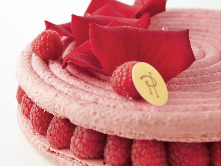Ce gâteau est une subtile alliance de la crème aux pétales de rose, douce et suave, avec le litchi dont la saveur, prolongement de celle de la rose et...