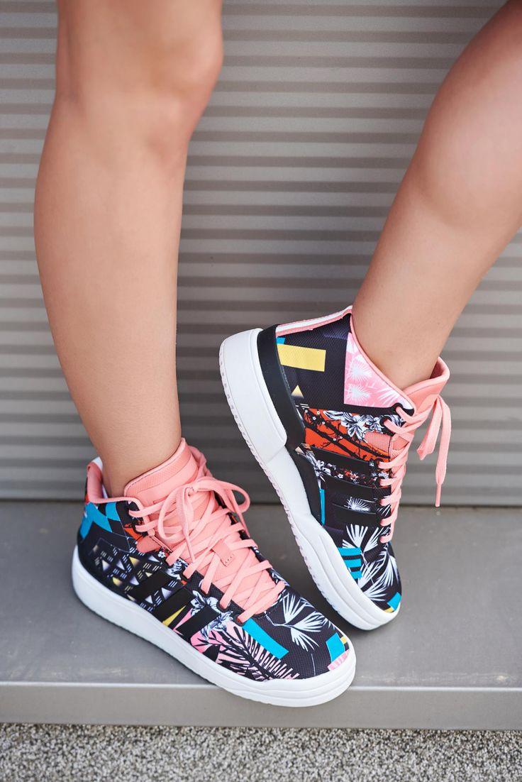 Comanda online, Pantofi sport cu siret Adidas Originals Veritas negru cu imprimeuri florale. Articole masurate, calitate garantata!