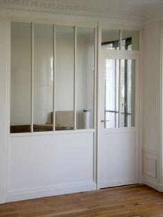 """Les vitres sont ensuite posées, puis les profilés fixés. """"Grâce à des parecloses [les baguettes qui maintiennent la vitre, ndlr] qui s'emboîtent facilement, l'opération est rapide"""" , précise ... #maisonAPart"""