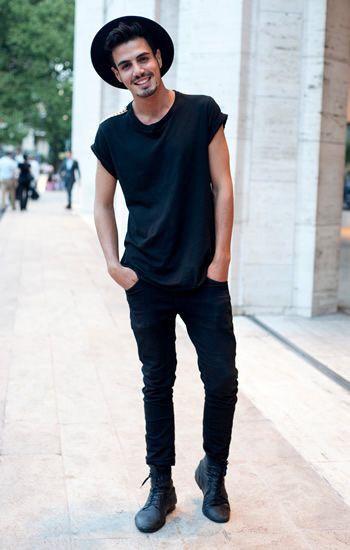 Combinação básica e estilosa. Camiseta preta básica com skinny escuro e bota preta.